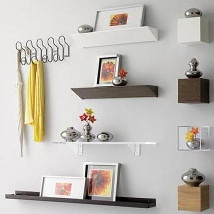 Полиці на стіні замасковані під дизайн стін