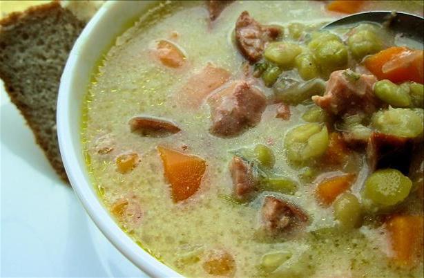 Гороховий суп з копченою ковбасою