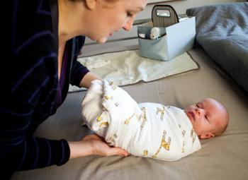 Як сповивати новонародженої дитини, і чи потрібно це робити