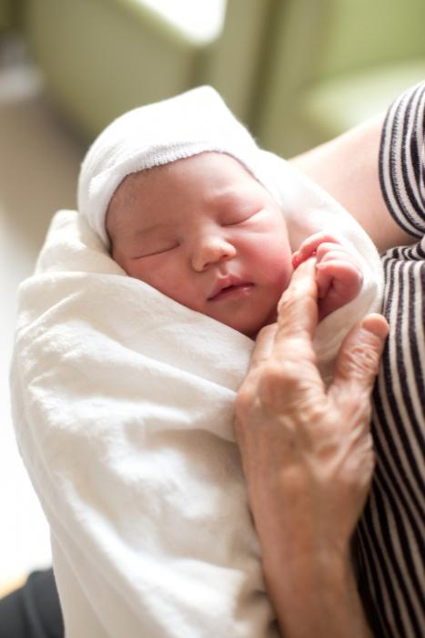 як правильно тримати новонародженого