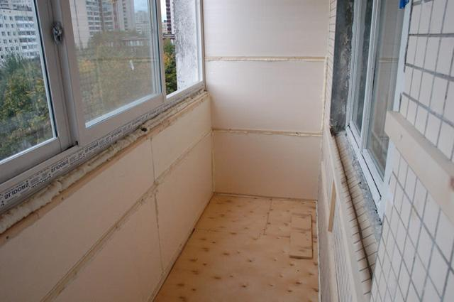 Як засклити і утеплити балкон