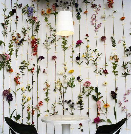 Композиція зі штучних квітів.