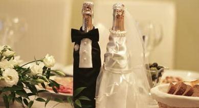 Оригінальна прикраса пляшки шампанського на весілля.