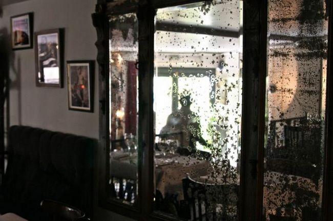 Чому завішують дзеркала, коли помирає людина в будинку