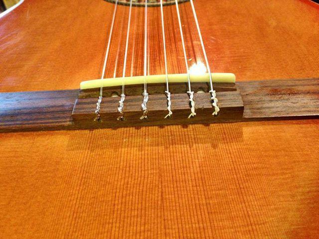 Прикладне керівництво: як натягнути струни на гітару