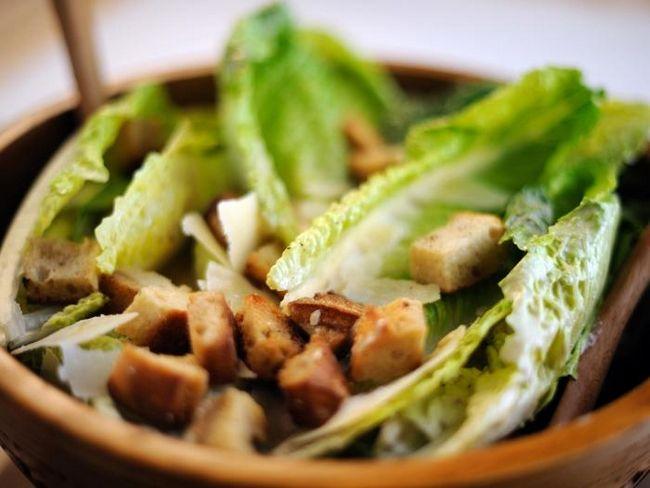 Салат з шинкою і сухариками: тисячі облич однієї страви