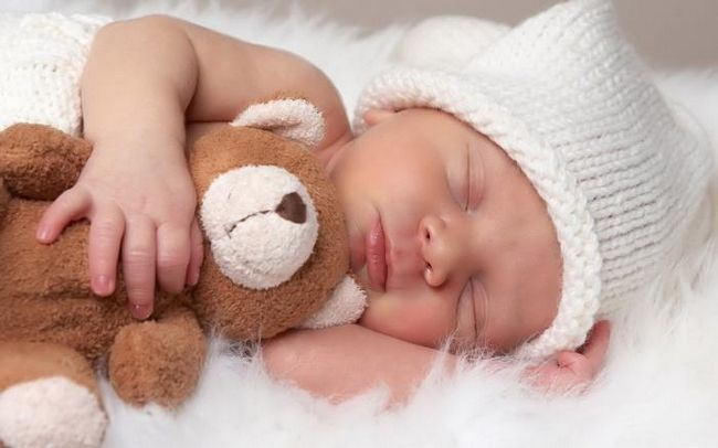 Скільки повинні спати новонароджені діти