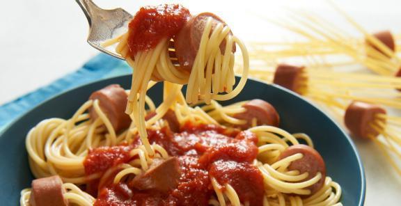Спагеті з сосисками. Чотири простих рецепта