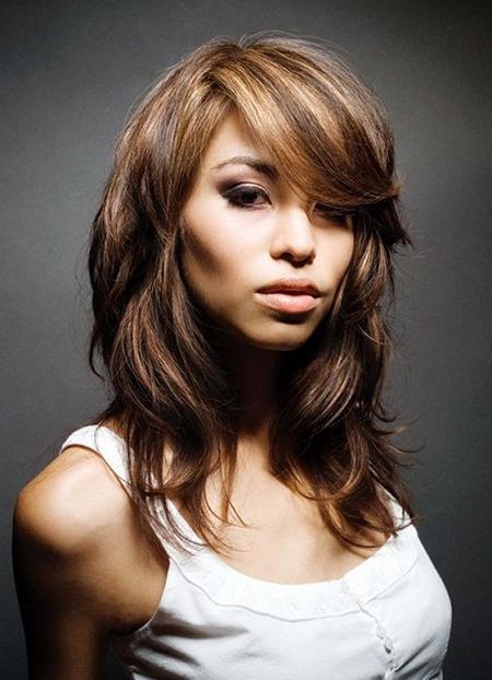 Стильні стрижки на довге волосся для круглого особи