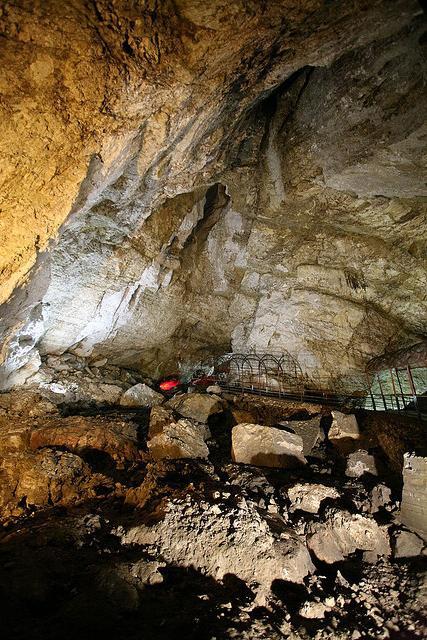 Дивні дива природи: новоафонська печера