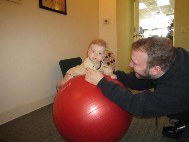 Вправи на м`ячі для немовлят - корисно і весело