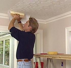 Все про те, як клеїти шпалери на стелі